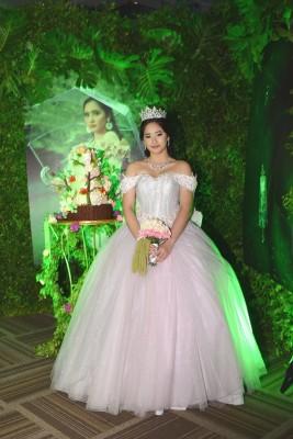 Con un vaporoso atuendo de corte princesa, Maria Teresa lució radiante en su gran noche de quinceañera