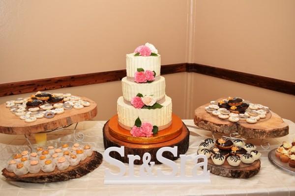 El candy bar y pastel de bodas, destacaron en un espacio de esencia rústica.