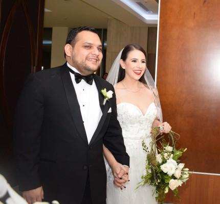 Instante irrepetible del ingreso de los recién casados a los salones Emperador