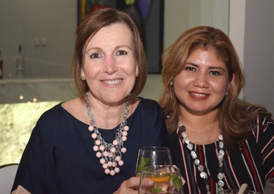 Ivonne de Ramírez y Rosa Obrego.
