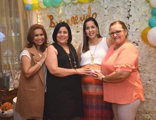 Jackie de Reyes, Glenda Flores, Kelly Andrade de Canales y Mirna Suazo
