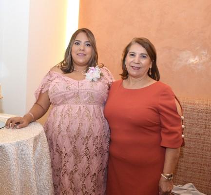 Karen Pérez Estrada junto a su madre, Mélida Estrada