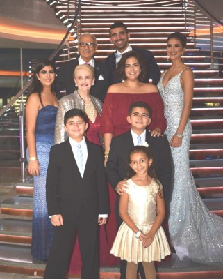 La familia Faraj-Rabah con su graduada, Grace Faraj