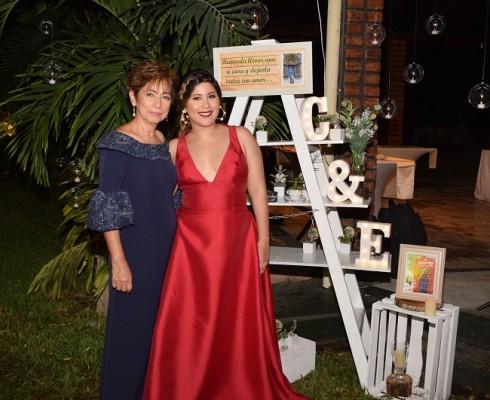 La madre de la novia, Dora Alicia Mejía y su hija, Dora Alejandra Mendoza.