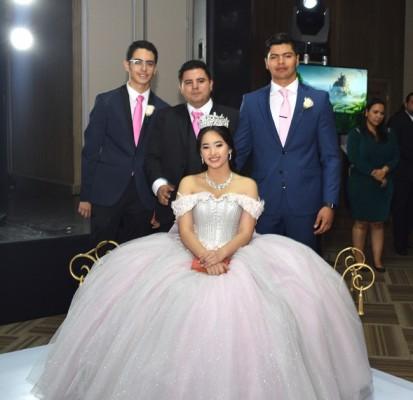 La preciosa quinceañera acompañada de sus 3 hermanos