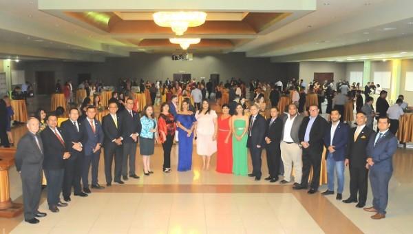 Las autoridades académicas de UTH posando para Farah La Revista