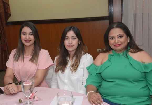 Meylinh Peña, Carolina Carranza y Melissa Muñoz.