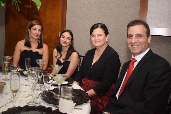Nidia Córdoba, María Fernanda Bendeck, Carmencita Morales de Larach y su esposo, Alejandro Larach