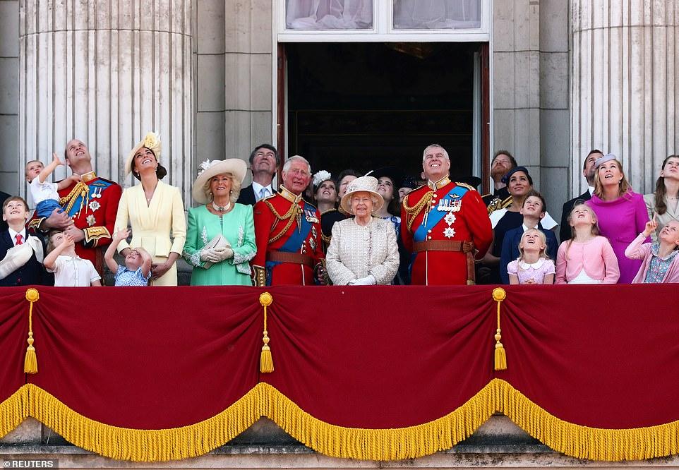 La familia real británica realiza un fastuoso desfile militar para celebrar los 93 años de Isabel II (+fotos)