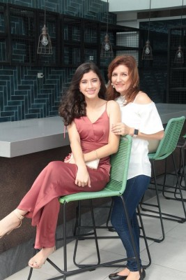 De la Destiny Christian Academy, Valeria Brizuela, junto a su madre, MariCruz Brizuela