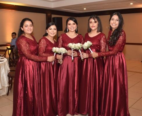 Las damas del cortejo de la novia: Waleska Rosales, Mery Romero, Leony Aguilar, Katty Landaverde y Sinthia Portillo