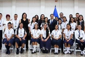 20 jóvenes de todo el país son galardonados con el Premio Oro a la Excelencia Académica