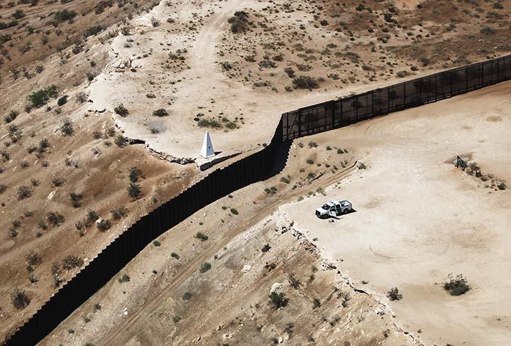 Juez de EEUU bloquea 2.500 millones de dólares destinados para el muro fronterizo con México