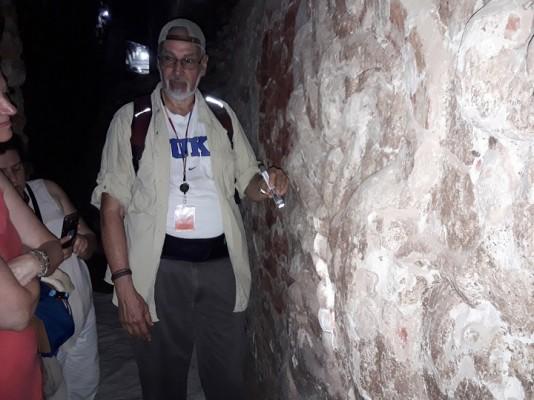 El arqueólogo hondureño Ricardo Agurcia habla sobre su hallazgo a un grupo de estudiantes, frente al Templo 16, pirámide en cuyas entrañas se encuentra el Templo Rosalila. Foto Sergio G. García - Exposia