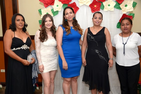 Algunas de las organizadoras de la especial velada, Beverly Orellana, Carmen López, Liduvina Pacheco y Yari Vega.