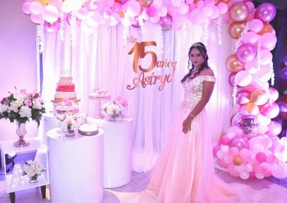 Astryd Carolina Morataya Álvarez se mostró encantadora en su fiesta de XV años.