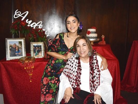 Audrey Verdial junto a su madre, Carolina de Verdial