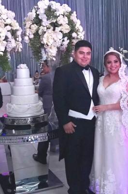 Gabo y Johana posaron junto a su pastel de bodas.