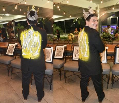 Charly Draws se lucio con su chaqueta que pintó para mostrarse en la exposición de Arte del Colectivo M+ en C Bari