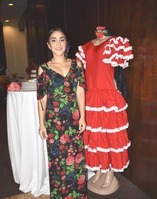 Audrey poso junto al vestido flamenco de su hermana.
