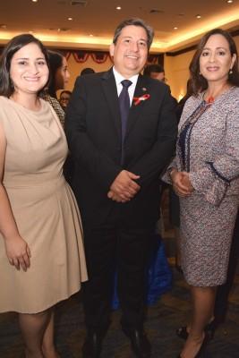 Donna Micheletti con Gustavo y Emma Robelo.