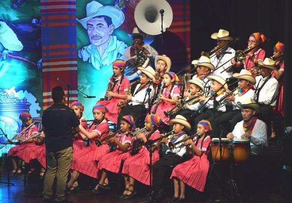 El talento de los jóvenes de la Orquesta Municipal Esperanzana se robó los aplausos del público.