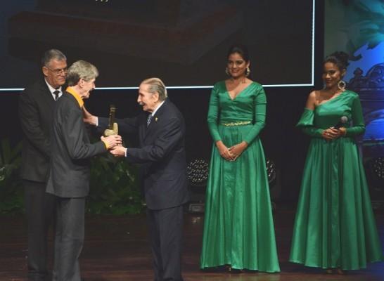 Enrique Aguilar ganador del Premio Identidad 2018 fue quien entregó la presea a Enrique Rodezno Carvajal.