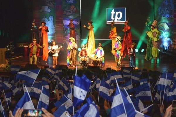 Esta quinta edición de Premios Identidad fue muy patriota, los invitados celebraron por todo lo alto. En escena el grupo teatral La Siembra realizando su presentación artística.