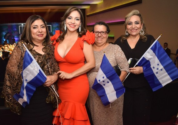 Esther Amaya, Jacky Amaya, Estelina Amaya y Dina Bulnes.