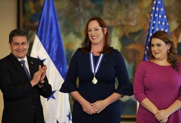 Presidente Hernández condecora a Heide Fulton con Orden Francisco Morazán