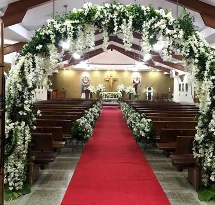 Decorada con hermosos blancos entre espesos follajes, la Iglesia Nuestra Señora de Suyapa se mostró espléndida.