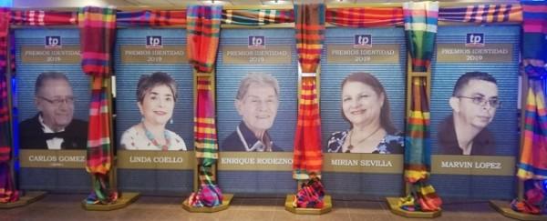 Imagen completa de los 5 galardonados en un estupendo mural en su honor