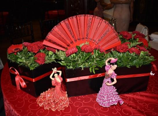 Imponente mantelería roja y antigüedades de la familia Verdial, realzaron entre hermosos claveles y verdes follajes, todo obra de Rebeca y Pily Verdial.