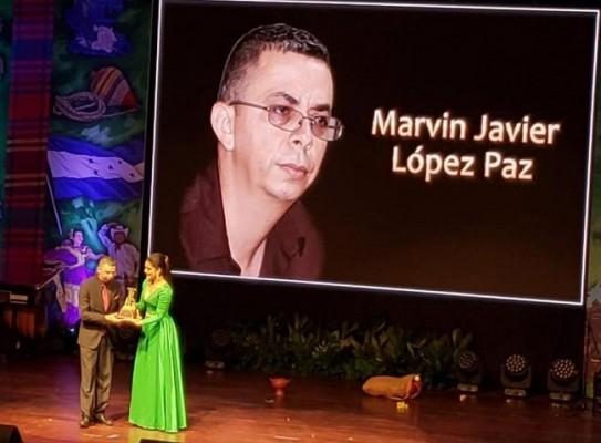 Instante en el que Marvin Javier Lopez Paz recibe su Premio Identidad 2019