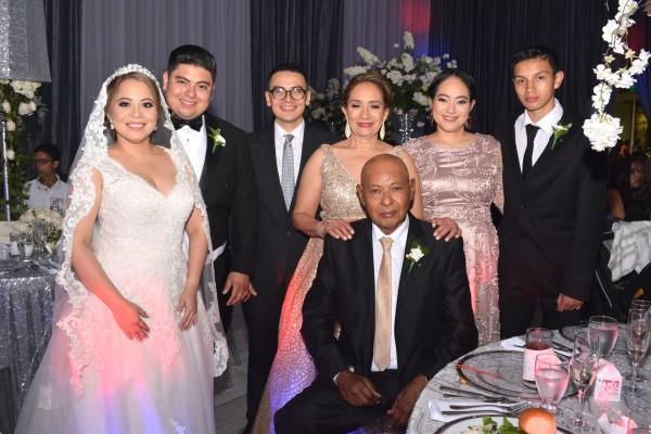 Johana Enamorado, Gabriel Rodríguez, Henry Asterio Rodríguez Jr; los padres del novio: Mirlanda de Rodríguez y Henry Asterio Rodríguez, junto a Fanny Espinoza y Rony Torres.