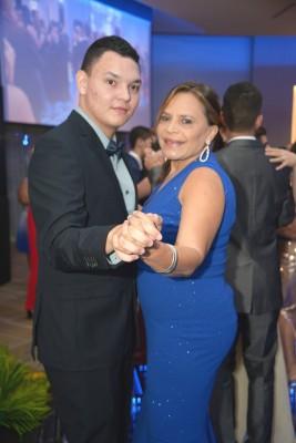 Jorge Alvarenga acompañado de su madre Mirna Andrade.