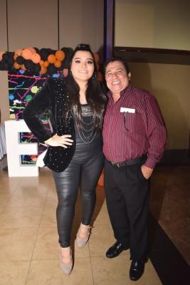 Karly Ortega junto a su padre y manager