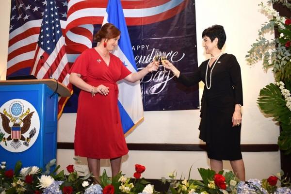 La Encargada de Negocios Heide B. Fulton junto a la designada presidencial María Antonia Rivera brindaron por la independencia de los Estados Unidos.