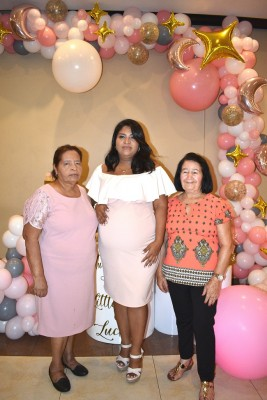 La abuela materna, Lucila Sarmiento, Karen Gutiérrez de Hernández y la abuela paterna, Adelfa Hernández Pineda