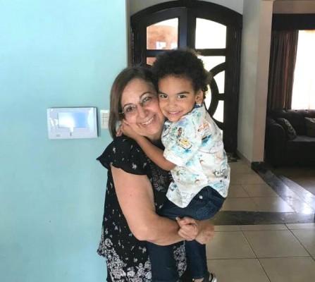 La cumpleañera, doña Margarita Kawas de Tejada con su nieto Onías Jr.