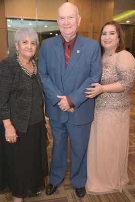 La presidenta de Club Leones Leo 80´s Michelle Funes junto a sus padres Lourdes y Ricardo Funes