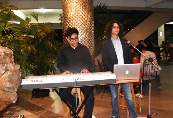 La voz de Josset Astudillo y las notas musicales del teclado de Mario Gómez amenizaron la velada artística.