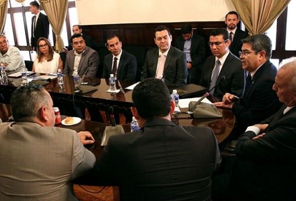 Hernández entrega al Congreso proyecto de Ley de Alivio de Deuda para Trabajadores