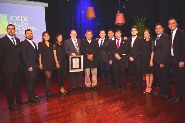 Los músicos de Mas Música y Esperanza junto al homenajeado y el jurado