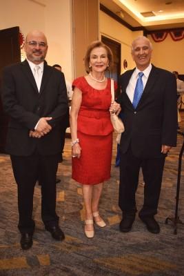 Michael, Gloria y Michel Hawit.