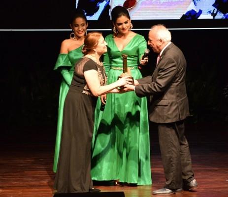 Miriam Sevilla recibió el galardón de manos del escritor Julio Escoto