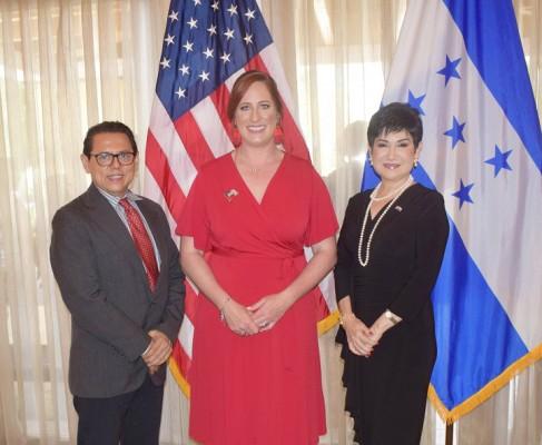 Samuel Romero, Director de El Diario HN, Farah La Revista con la Encargada de Negocios, Heide B. Fulton y la designada presidencial Maria Antonia Rivera