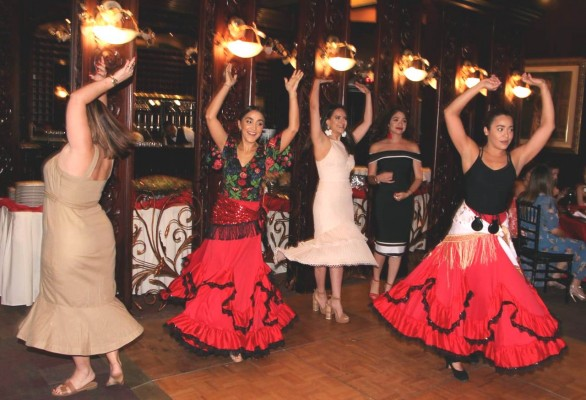 El colorido y vibrante baile flamenco en la despedida de soltera de Audrey