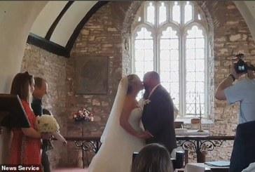 Invitados fueron a un bautizo que de pronto se convirtió en boda (+video)