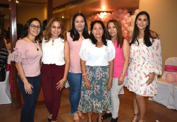 Bessy Cáceres, Marcia Cruz, Nancy Cáceres, María Antonia Barrera, Martha Dubón y Marcela de Cáceres